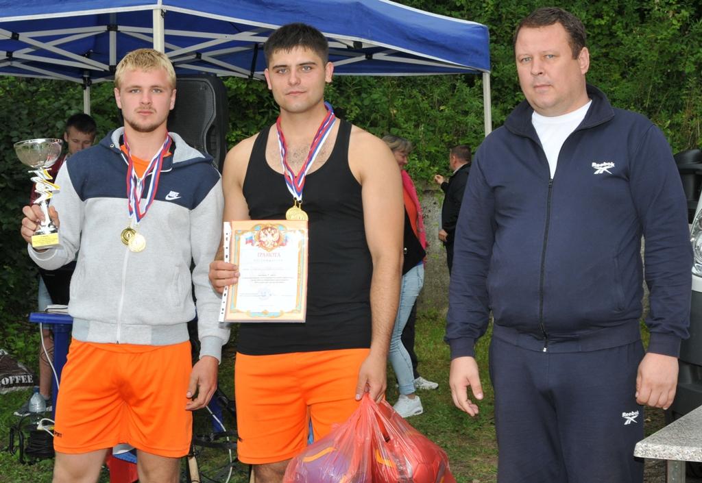 Глава муниципалитета В.В.Никоноров вручает награды команде Новостроевского территориального отдела