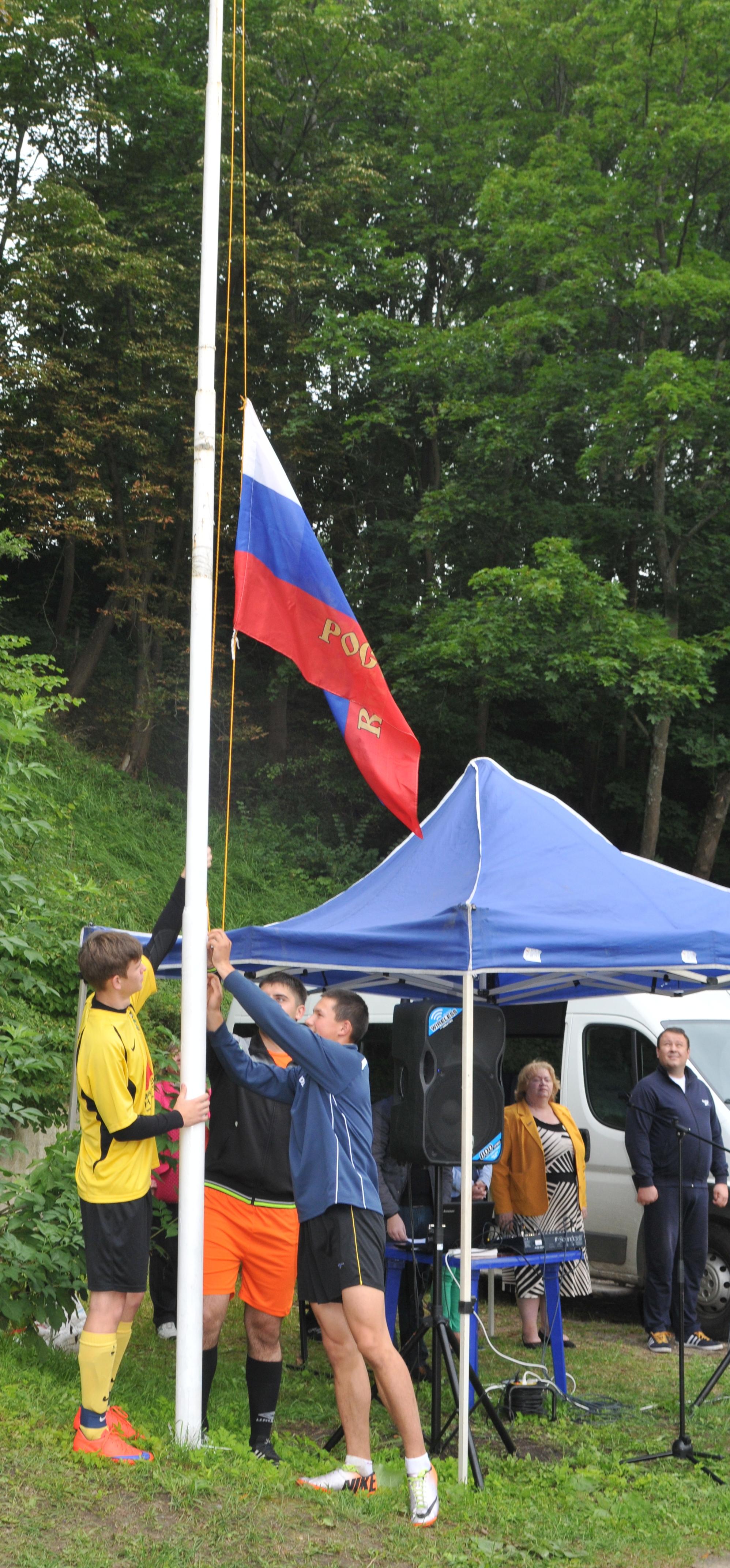 У флагштока капитаны команд территориальных отделов